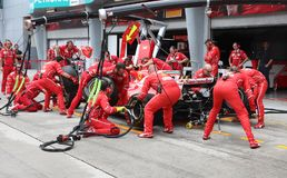 Formule 1 de Scuderia Ferrari Marlboro emballant l'équipe images stock
