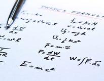 Formule di fisica scritte su un Libro Bianco Fotografie Stock Libere da Diritti