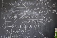 Formule di per la matematica sul bordo nero fotografie stock