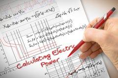 Formule e grafico di scrittura dell'ingegnere circa energia elettrica nel buil fotografia stock libera da diritti