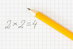 Formule et crayon de maths sur le papier carré Image libre de droits