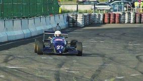 Formule 1 F1 actieogenblikken De auto'sbenadering, draai, staal, overvalt competition stock videobeelden