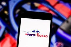 Formule 1 Red Bull van Toro Rosso van het teamembleem 'Honda 'op het scherm van het mobiele apparaat stock afbeelding