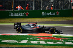 Formule 1 van McLarenhonda in Monza door Fernando Alonso wordt gedreven dat Royalty-vrije Stock Afbeeldingen