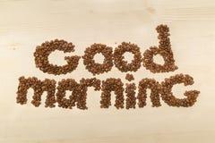 Formulera den bra morgonen som göras med kaffebönor på en bästa sikt för tabell Arkivfoto