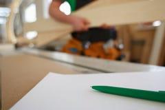 Formulera den gröna pennan som ligger på skrivbordet på skrivplattan Royaltyfri Fotografi