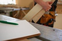 Formulera den gröna pennan som ligger på skrivbordet på skrivplattan Royaltyfria Bilder