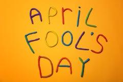 Formulera ` för dagen för ` s för den `-April dumbommen som göras av plasticine Arkivbild
