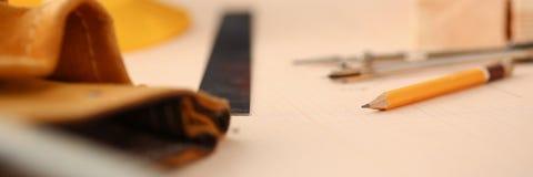 Formulera hjälpmedel som ligger på skrivbordet på graderat Arkivfoton