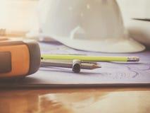 Formulera kompasset och blyertspennan på ritningar Arkivfoton