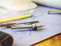 Formulera kompasset och linjaler på ritningar Arkivfoto