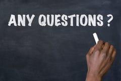 Formulera några frågor som är skriftliga på svart tavla Royaltyfri Bild