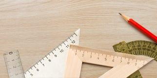 Formulera som är trä, och stålhjälpmedel med blyertspennan Royaltyfri Fotografi