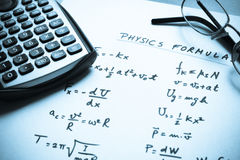 Formules de physique écrites sur un livre blanc Photo stock