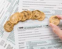 Formulário 1040 das moedas de ouro maciço 2014 Fotos de Stock