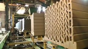 Formung und Herstellung der keramischen Ziegelsteinfabrik stock video footage