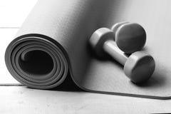 Formungs- und Eignungsausrüstung Barbells, die auf purpurroter Yogamatte liegen Training und Sportkonzept Dummköpfe gemacht vom G lizenzfreie stockfotografie