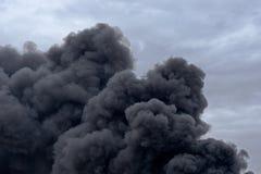 Formy i kształty w chmurze toksyczny zanieczyszczenie dym od fabryki podpalają przeciw chmurnemu niebieskiemu niebu obrazy stock
