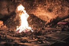 fornace del fabbro con i carboni brucianti, gli strumenti ed i pezzi in lavorazione caldi d'ardore del metallo Fotografia Stock Libera da Diritti