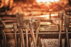 fornace del fabbro con i carboni brucianti, gli strumenti ed i pezzi in lavorazione caldi d'ardore del metallo Fotografia Stock
