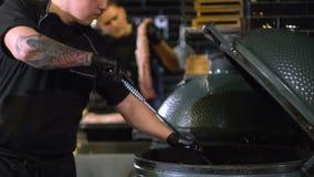 Fornace di accensione per il barbecue, accensione del carbone archivi video