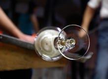 Fornace di vetro Equipaggi la tenuta del vetro rovente, fine su Immagini Stock Libere da Diritti