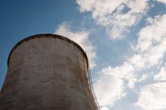 Fornace industriale con le nuvole fotografia stock libera da diritti
