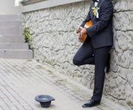 Fornal bawić się gitarę Zdjęcie Stock