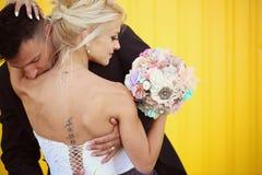 Fornal całuje jego panny młodej na ramionach zdjęcia stock