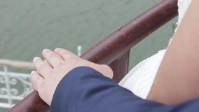 Fornal delikatnie dotyka panny młodej ` s ramię zdjęcie wideo
