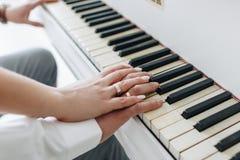 Fornal i pann młodych ręki z pierścionkami i Zdjęcie Stock