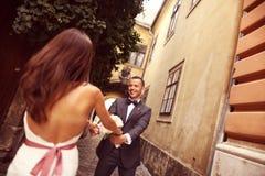 Fornal i panna młoda ma zabawę w mieście Zdjęcia Stock