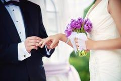 Fornal i panna młoda podczas ślubnej ceremonii, zamykamy up na rękach Ślubna para i plenerowa ślubna ceremonia Zdjęcia Stock