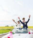 Fornal i panna młoda w białym odwracalnym samochodzie Fotografia Stock