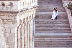 fornal i panna młoda na schodkach zdjęcie royalty free