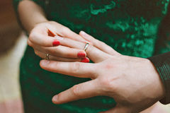 Fornal jest ubranym ringowej panny młodej Kobieta jest ubranym pierścionek mężczyzna zobowiązanie Zdjęcie Stock
