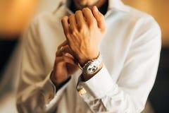 Fornal trzyma jego zegarek Fotografia Royalty Free
