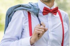 Fornal w białej koszula z łęku krawatem w suspenders chwycie i obrazy royalty free