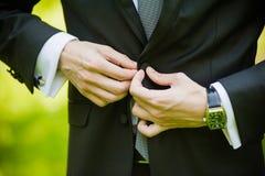 Fornal w kostiumu lub potomstwach panna młoda lub drużka trzyma ślubnego bukiet Zdjęcia Royalty Free