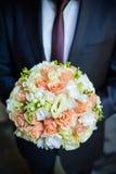 Fornal w kostiumu lub potomstwach panna młoda lub drużka trzyma ślubnego bukiet Fotografia Royalty Free