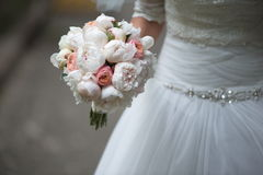 Fornal w kostiumu lub potomstwach panna młoda lub drużka trzyma ślubnego bukiet Fotografia Stock