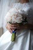 Fornal w kostiumu lub potomstwach panna młoda lub drużka trzyma ślubnego bukiet Zdjęcie Royalty Free