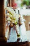 Fornal w kostiumu lub potomstwach panna młoda lub drużka trzyma ślubnego bukiet Obraz Stock