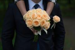 Fornal w kostiumu lub potomstwach panna młoda lub drużka trzyma ślubnego bukiet Zdjęcie Stock