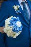 Fornal w kostiumu lub potomstwach panna młoda lub drużka trzyma ślubnego bukiet Zdjęcia Stock