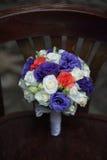 Fornal w kostiumu lub potomstwach panna młoda lub drużka trzyma ślubnego bukiet Obrazy Royalty Free