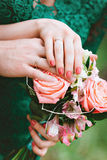 Fornal wpólnie i panna młoda Ręki nowożeńcy z pierścionkami na bukiecie Zdjęcie Royalty Free
