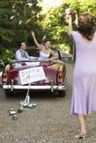 Fornal Z panną młodą W Samochodowym miotanie bukiecie W kierunku kobiety zdjęcia stock