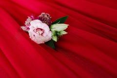 Fornala buttonhole Fornala akcesorium na czerwonym tle od tkaniny zdjęcia stock