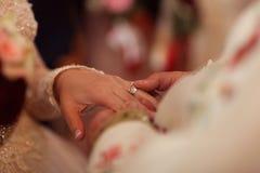 Fornala kładzenia obrączka ślubna na panna młoda palcu zdjęcia royalty free